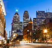 Strykjärn och i stadens centrum Toronto på natten Royaltyfri Bild