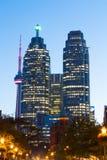 Strykjärn och i stadens centrum Toronto på natten Arkivfoto