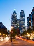 Strykjärn och i stadens centrum Toronto på natten Royaltyfria Bilder