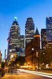 Strykjärn och i stadens centrum Toronto på natten Arkivbild