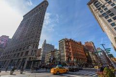 Strykjärnbyggnad i Manhattan på en solig dag royaltyfria bilder