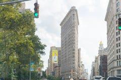 Strykjärnbyggnad och byggnader i Manhattan med blå himmel arkivfoton