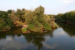Strymonas flod i Serres, Grekland Hösten landskap arkivfoto