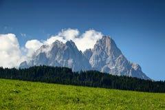 Strzępiaści Dolomiti Sesto szczyty górują nad lasem i pogodną łąką Obrazy Royalty Free