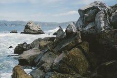 Strzępiaste skały na wybrzeżu obrazy royalty free