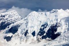Strzępiasty śnieg nakrywający lodowowie i góra fotografia stock