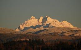 Strzępiasty śnieg zakrywać góry zdjęcia stock