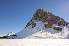 Strzępiasty Halny szczyt Marznący łęku Banff Jeziornego parka narodowego Skalistych gór Kanadyjska wiosna zdjęcie royalty free