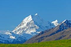 Strzępiasty szczyt przeciw niebieskiemu niebu fotografia royalty free
