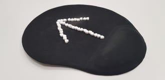 Strzałkowaty znak na czarnym komputerowym mysz ochraniaczu ilustracja wektor