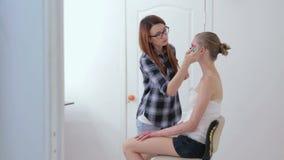 5 strzałów Fachowy makijażu artysta stosuje tusz do rzęs na rzęsach model zbiory