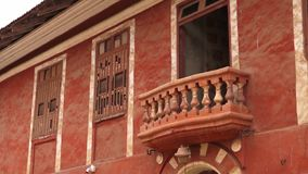Strzał balkonowy obwieszenie z pomarańczowego budynku zbiory