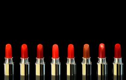 Strzał czerwone pomadki różny kolor Na czarnym tle Kosmetyka poj?cie Piękna Luksusowa Nowożytna wysokość obraz stock
