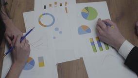 Strzał graficznych dane szablonów stół z ludzie biznesu analizuje stopień wzrostu i trendy nad narz?dzie b??kitny stonowany  zdjęcie wideo
