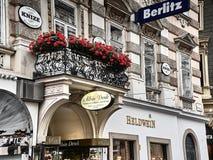 Strzał kwitnący balkon w Graben ulicie obraz stock