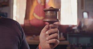Strzał mężczyzna wiruje Buddyjskiego modlitewnego koło zbiory wideo