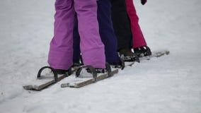 Strzał nogi dzieciaki próbuje synchronizować ich odprowadzenie na drewnianych nartach zbiory wideo