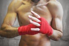 Strzał zawijać ręki z czerwoną boks taśmą młoda bokser walka zdjęcia stock