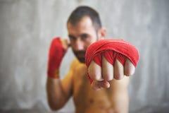 Strzał zawijać ręki z czerwoną boks taśmą młoda bokser walka zdjęcia royalty free