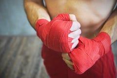 Strzał zawijać ręki z czerwoną boks taśmą młoda bokser walka obrazy stock
