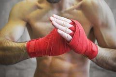 Strzał zawijać ręki z czerwoną boks taśmą młoda bokser walka obraz royalty free