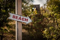 Strzała kształtujący plaża znak Zdjęcie Royalty Free