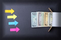 Strzała wskazują sterta dolarowi rachunki patrzeje z pudełka Wzrost w savings Domowa skrytka pojęcia prowadzenia domu posiadanie  zdjęcie royalty free