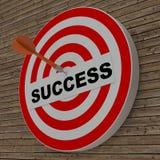 Strzałki ciupnięcia sukcesu centrum cel na dartboard obrazy stock