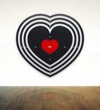 Strzałki kochają z drewno stołem ilustracja wektor