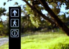 Strzałkowaty chodzący informacja znak przy parkiem zdjęcie stock