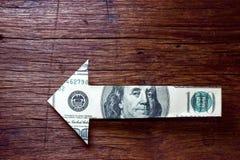 Strzałkowaty pieniądze na drewnianym - Pieniężny kierunku pojęcie Zdjęcie Royalty Free