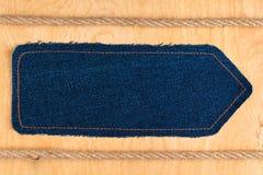 Strzałkowaty pointer zrobi drelich i dwa arkany, kłamstwo na drewnianej powierzchni zdjęcia stock