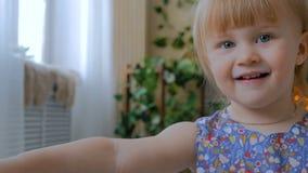2 strzału Potomstwa macierzyści i jej dziecko córka bawić się togerher w domu zbiory wideo