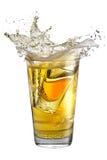 Strzału szkło wypełniał z alkoholem, umieszczającym wśrodku szkła z piwem ' last splash ' obraz royalty free