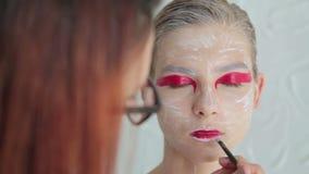 4 strzału Warg malować: fachowy makijażu artysta robi twarzy makeup sztuce zdjęcie wideo