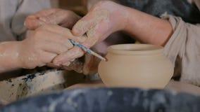 3 strzały Potter pokazujący jak pracować z ceramiką w pracowni ceramicznej zbiory wideo