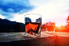strza? whisky przy zmierzchu dramatycznym niebem na g?ra krajobrazu tle fotografia stock