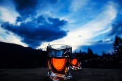 strza? whisky przy zmierzchu dramatycznym niebem na g?ra krajobrazu tle obraz stock