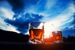 strza? whisky przy zmierzchu dramatycznym niebem na g?ra krajobrazu tle fotografia royalty free
