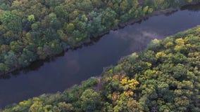 Strzelać od wzrosta usta mała rzeka i jesieni drzewa zbiory