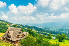 Strzelać od wzrosta - wzgórza i domy w Zakopane zdjęcia stock
