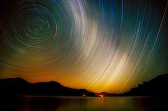 Strzelać przy długim ujawnieniem E pozyskiwania ilustracyjny błyskawica nocne niebo Gwiazdy w nocnym niebie Obrazy Stock