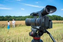 Strzelać reportaż na agrarnych tematach z pomocą nowożytnych kamera wideo obraz stock