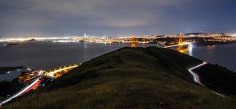 Strzelający Golden Gate Bridge brać od wzgórzy nad z samochodowymi śladami, zdjęcie royalty free
