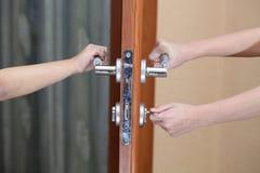 strzelająca strzelać zamknięta drzwiowa rękojeść Zdjęcia Royalty Free