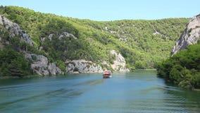 Strzelający łódkowaty omijanie obok na Krka rzece zbiory wideo