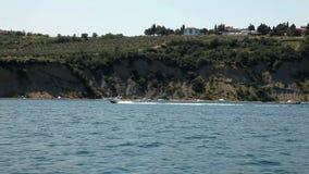 Strzelający brzeg blisko Piran od poruszającej łodzi z łodzi motorowa omijaniem obok zbiory