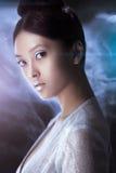 Strzelający futurystyczna młoda azjatykcia kobieta Fotografia Stock