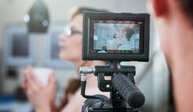 Strzelający kamerzysta robi materiałowi filmowemu Obraz Royalty Free