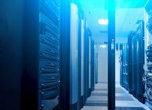 Strzelający korytarz w Dużych dane serweru ciemnym pokoju z jaskrawym błękitnym wyposażeniem Pełny stojaków superkomputery i serw obraz royalty free